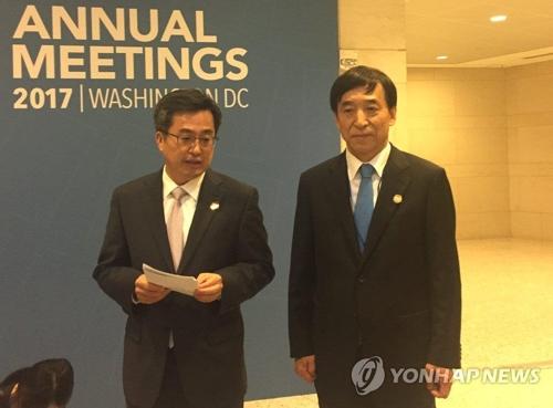 El gobernador del Banco de Corea, Lee Ju-yeol (dcha.), anuncia la extensión del acuerdo de permuta de divisas entre Corea del Sur y China, el 12 de octubre del 2017 (hora local), durante su visita a Washington.