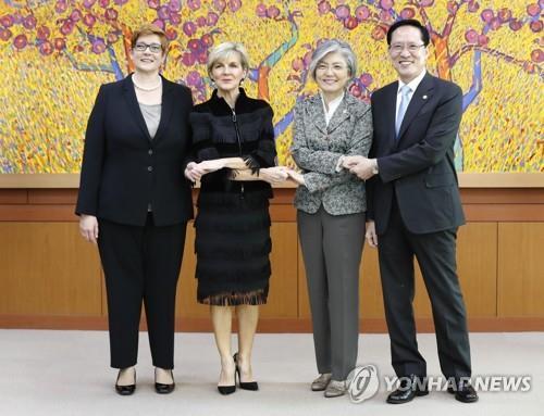 La ministra de Exteriores y el ministro de Defensa de Corea del Sur, Kang Kyung-wha (2ª por la dcha.) y Song Young-moo (1º por la dcha.), se reúnen, el 13 de octubre del 2017, en Seúl, con sus homólogas australianas, Julie Bishop (2ª por la izq.) y Marise Payne.