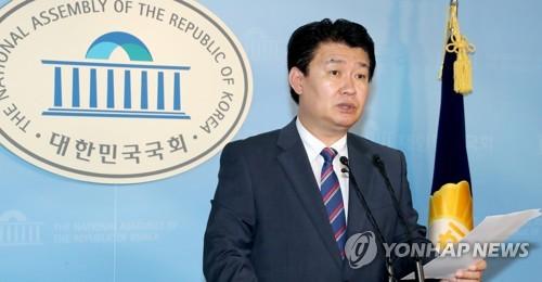 En la imagen, del 30 de julio de 2017, se muestra a Jeong Yong-ki, el portavoz del principal partido opositor, el Partido de Libertad Surcoreana, hablando durante una conferencia de prensa en la Asamblea Nacional, en Seúl.