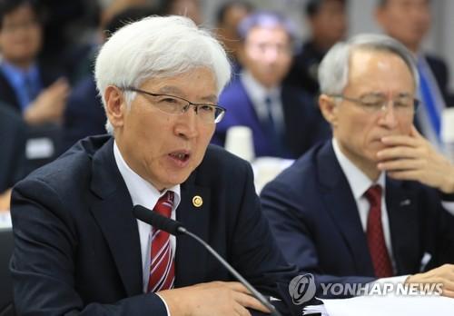 El 13 de octubre de 2017, el jefe de la DAPA, Jeon Je-guk (izda.), habla durante una auditoría de la Asamblea Nacional en el complejo de la oficina gubernamental en Gwacheon, provincia de Gyeonggi.