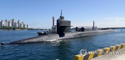En la imagen, proporcionada por el Ejército estadounidense, se muestra el submarino nuclear de clase Ohio con misiles guiados USS Michigan (SSGN-727) llegando al puerto de la ciudad sureña de Busan, en Corea del Sur, el 13 de octubre de 2017.