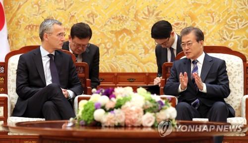 El presidente surcoreano, Moon Jae-in (dcha.), dialoga con el secretario general de la OTAN, Jens Stoltenberg, el 2 de noviembre de 2017, en la oficina presidencial en Seúl.