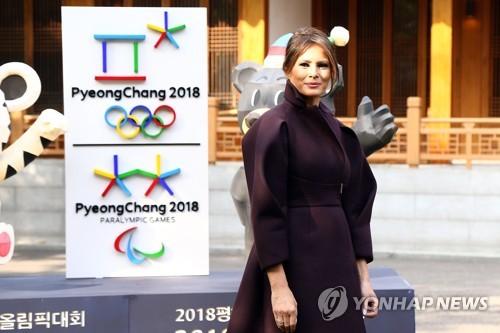 La primera dama de Estados Unidos, Melania Trump, posa para una foto, el 7 de noviembre de 2017, frente a la residencia del embajador de EE. UU., en Seúl.