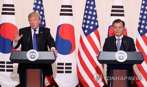 El presidente de Corea del Sur, Moon Jae-in (dcha.), y su homólogo estadounidense, Donald Trump, celebran, el 7 de noviembre de 2017, una conferencia de prensa conjunta tras su tercera cumbre bilateral.