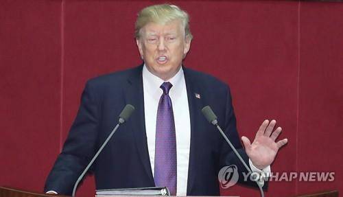 El presidente de Estados Unidos, Donald Trump, pronuncia un discurso, el 8 de noviembre de 2017, ante la Asamblea Nacional surcoreana, en el oeste de Seúl.
