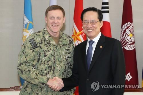 El ministro de Defensa de Corea del Sur, Song Young-moo (dcha.), posa para una fotografía con el jefe del Comando Cibernético de Estados Unidos, Michael S. Roger, antes de celebrar una reunión bilateral, el 9 de noviembre de 2017, en Seúl.