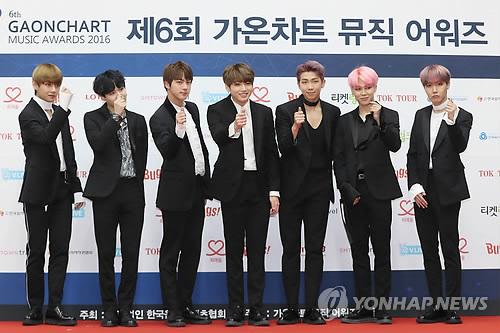 Los miembros del grupo de música K-pop BTS posan ante la cámara, el 22 de febrero de 2017, durante un evento de entrega de premios musicales en Seúl. (Foto de archivo)