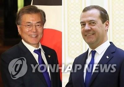 El presidente de Corea del Sur, Moon Jae-in (izda.), y el primer ministro de Rusia, Dmitry Medvedev (AP-Yonhap)