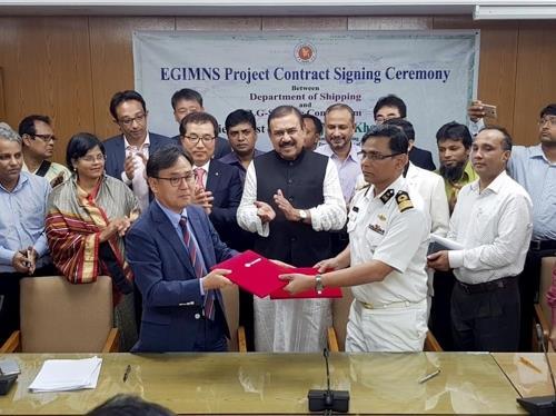 En la imagen, proporcionada, el 14 de noviembre de 2017, por LG CNS, se muestra al representante de la firma surcoreana (izda.) con el representante del Ministerio de Transporte Marítimo de Bangladés durante la firma del acuerdo para el establecimiento del sistema de seguridad marítima.