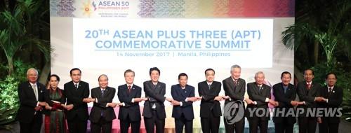 El presidente surcoreano, Moon Jae-in (5º por la izda.), posa ante la cámara junto con los líderes de los países miembros de la ASEAN+3 (la Asociación de Naciones del Sudeste Asiático más Corea del Sur, China y Japón), celebrada, el 14 de noviembre de 2017, en Manila, Filipinas