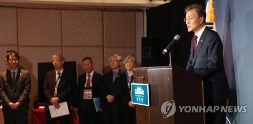 El presidente de Corea del Sur, Moon Jae-in (dcha.) habla, durante una conferencia de prensa para los medios surcoreanos en un hotel en Manila, Filipinas, el 14 de noviembre de 2017, sobre el resultado de su participación en el foro de la Asociación de Naciones del Sudeste Asiático (ASEAN, según sus siglas en inglés).