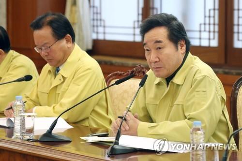 El primer ministro de Corea del Sur, Lee Nak-yon (dcha.), preside una reunión con las agencias gubernamentales, el 16 de noviembre de 2017, para discutir sobre los esfuerzos para la recuperación tras el terremoto.