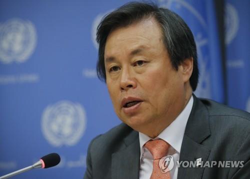 Do Jong-hwan, ministro surcoreano de Cultura, Deportes y Turismo, habla durante una conferencia de prensa en la sede de la Naciones Unidas, el 13 de noviembre de 2017 (Foto de archivo (AP-Yonhap)
