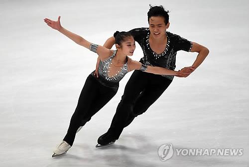 Ryom Tae-ok y Kim Ju-sik, de Corea del Norte, actúan en la competición de patinaje artístico del Trofeo Nebelhorn, en Oberstdorf, Alemania, el 28 de septiembre de 2017 (Foto de archivo)