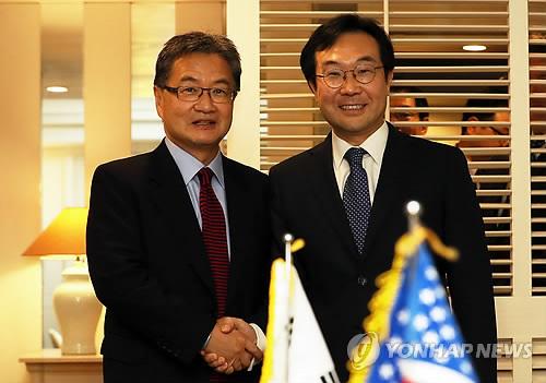 El representante especial de Corea del Sur para los asuntos de paz y seguridad de la península coreana, Lee Do-hoon (dcha.), y su homólogo estadounidense, Joseph Yun