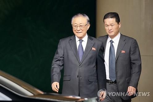 El embajador norcoreano ante Pekín, Ji Jae-ryong (izda.)