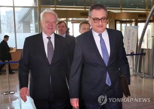El viceministro de Asuntos Exteriores y jefe negociador de Rusia sobre el tema nuclear norcoreano, Igor Morgulov (dcha.) (foto de archivo)
