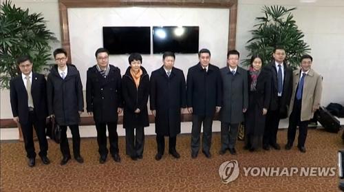 En la fotografía, tomada, el 17 de noviembre de 2017, de la Estación Central de Televisión de Corea del Norte, Song Tao (quinto por la izda.), enviado especial de China ante Corea del Norte, posa para una fotografía con su delegación en Pyongyang. (Uso exclusivo dentro de Corea del Sur. Prohibida su distribución parcial o total)