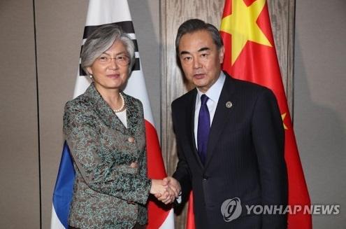 La ministra de Asuntos Exteriores de Corea del Sur, Kang Kyung-wha (izda.), y su homólogo chino, Wang Yi