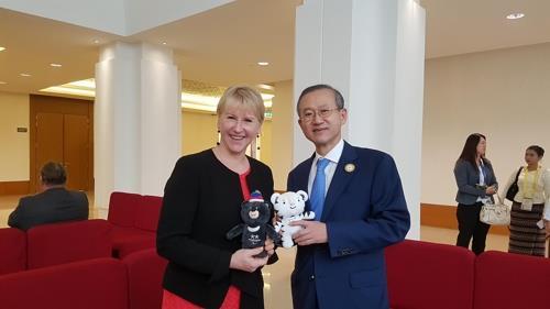 El viceministro de Asuntos Exteriores de Corea del Sur, Lim Sung-nam (dcha.), y la canciller sueca, Margot Wallstrom, posan para una fotografía, el 20 de noviembre del 2017, durante sus diálogos bilaterales celebrados en Naipyidó, Myanmar. (Foto cortesía de la Cancillería de Seúl)