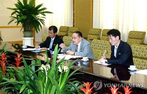 El diputado de la Asamblea Popular Suprema de Corea del Norte, Ri Jong-hyok (centro) (foto de archivo)