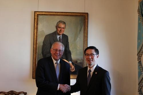 En la imagen, proporcionada por el Ministerio de Unificación, el 28 de noviembre de 2017, se muestra al viceministro de Unificación de Corea del Sur, Chun Hae-sung (dcha.), y Thomas Shannon, subsecretario de Estado para Asuntos Políticos de Estados Unidos.