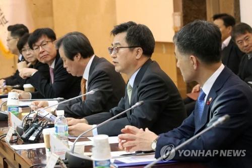 El ministro de Estrategia y Finanzas, Kim Dong-yeon (2º por la dcha.), habla en una reunión ministerial celebrada, el 29 de noviembre del 2017, en el complejo gubernamental de Seúl.