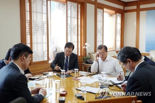 El presidente surcoreano, Moon Jae-in (segundo por la dcha.), dialoga por teléfono con su homólogo estadounidense, Donald Trump, por el último lanzamiento de un misil balístico de Corea del Norte, el 29 de noviembre de 2017, en la oficina presidencial, Cheong Wa Dae, en Seúl.