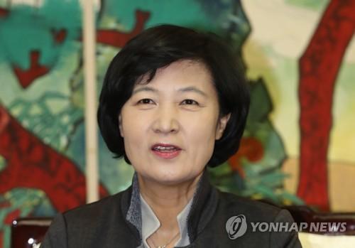 Choo Mi-ae, la jefa del gobernante Partido Democrático, habla durante una conferencia de prensa en el Aeropuerto Internacional de Gimpo, el 30 de noviembre de 2017, antes de partir hacia China.