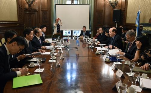 La foto, proporcionada por la Cancillería surcoreana, muestra una reunión de consultas políticas celebrada entre Corea del Sur y Argentina, el 28 de noviembre de 2017 (hora local), en Buenos Aires, Argentina.