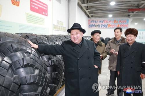 En esta fotografía, publicada por la KCNA, el 3 de diciembre de 2017, el líder norcoreano, Kim Jong-un (izda.), inspecciona la Fábrica de Neumáticos Amnokgang, en Manpo, provincia de Jagang. (Uso exclusivo dentro de Corea del Sur. Prohibida su distribución parcial o total)