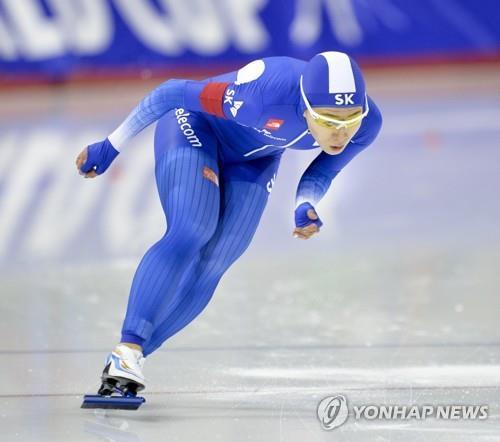 Lee Sang-hwa, compite, el 3 de diciembre del 2017, en la Copa del Mundo de Patinaje de Velocidad sobre Pista Corta de la Unión Internacional de Patinaje sobre Hielo (ISU, según sus siglas en inglés), en Calgary, Canadá. (EPA-Yonhap)