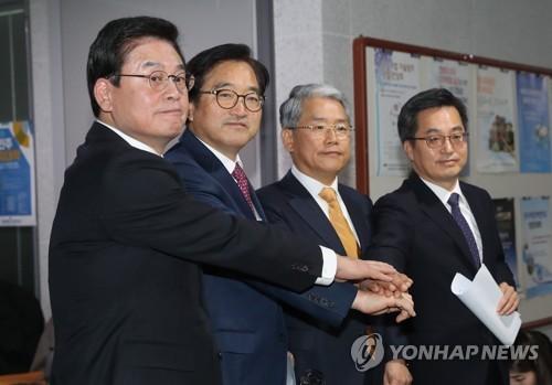 El 4 de diciembre de 2017, los dirigentes de los partidos rivales y el ministro de Finanzas, Kim Dong-yeon (1º por la dcha.), anuncian el acuerdo provisional del plan de gasto presupuestario para 2018.