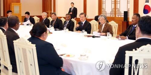 El presidente surcoreano, Moon Jae-in (3º por la dcha.), habla en una reunión con los ministros de Asuntos Exteriores de los países de las islas del Pacífico, celebrada, el 5 de diciembre del 2017, en la oficina presidencial, Cheong Wa Dae, en Seúl.