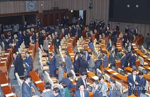 El 5 de diciembre de 2017, se suspende la sesión de la mañana de la Asamblea Nacional para votar el presupuesto de 2018 debido a la falta de asistencia del principal partido opositor, el Partido de Libertad Surcoreana.