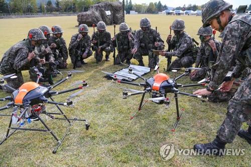 Los soldados de Corea del Sur usan drones de reconocimiento durante el entrenamiento, en esta foto de archivo proporcionada por la Academia del Ejército en Yeong-Cheon.