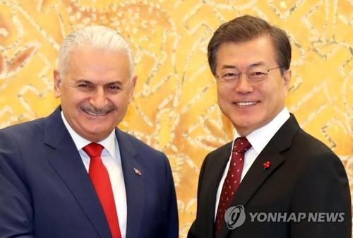 El presidente surcoreano, Moon Jae-in (dcha.), junto con el primer ministro turco, Binali Yildirim, en una reunión realizada, el 6 de diciembre del 2017, en la Oficina del Presidente, Cheong Wa Dae, en Seúl.