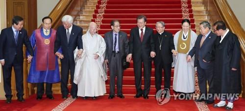 El presidente surcoreano, Moon Jae-in (5º por la dcha.), posa para una foto grupal con los principales líderes religiosos de Corea del Sur, después de una reunión celebrada, el 6 de diciembre de 2017, en su oficina de Cheong Wa Dae, en Seúl.
