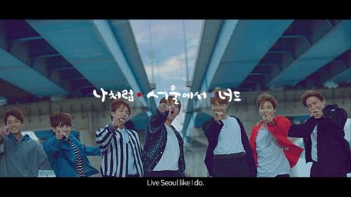Esta imagen, proporcionada por el Gobierno Metropolitano de Seúl, muestra a los miembros de la banda masculina de K-pop BTS actuando en un vídeo promocional de los lugares turísticos de la capital de Corea del Sur.