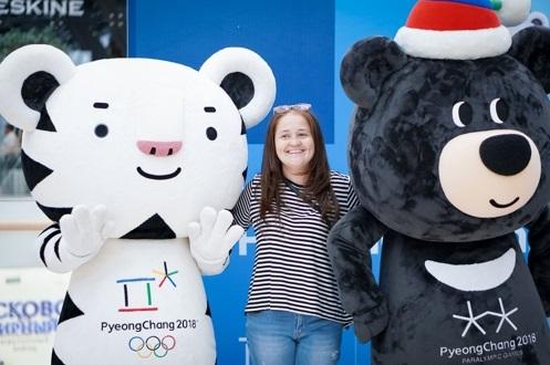 La foto, proporcionada por el Centro Cultural Surcoreano ante Washington, muestra las mascotas de los JJ. OO. de PyeongChang, Soohorang (izda.) y Bandabi.