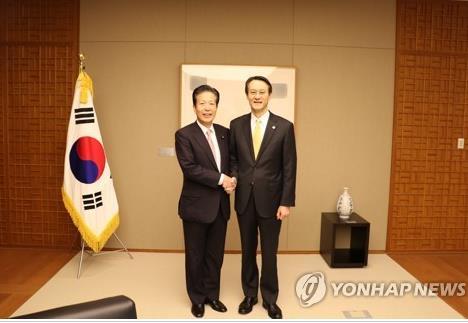 En esta fotografía, proporcionada por la Embajada de Corea del Sur ante Japón, el embajador, Lee Su-hoon (dcha.), posa para una foto con Natsuo Yamaguchi, líder del partido japonés Komeito, durante su reunión, celebrada, el 7 de diciembre de 2017, en las dependencias de la embajada en Tokio.