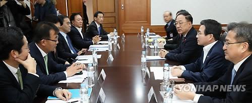 Los altos funcionarios de diferentes ministerios y organismos celebran una reunión de emergencia para discutir las maneras de frenar la especulación con criptomonedas, el 13 de diciembre de 2017, en el complejo del Gobierno central en Seúl.