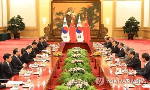 Moon llega a China para sellar la normalización de las relaciones bilaterales