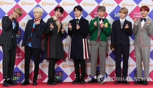 El grupo masculino BTS posa ante la cámara, el 25 de diciembre de 2017, en Seúl, para un evento de la emisora SBS.
