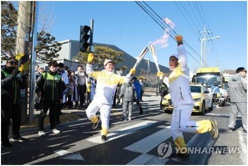 En la imagen, proporcionada, el 27 de diciembre de 2017, por el Gobierno de la ciudad de Gumi, se muestra a los participantes en el evento de relevo de la antorcha olímpica de los Juegos Olímpicos de Invierno de PyeongChang 2018, en la provincia de Gyeongsang del Norte.