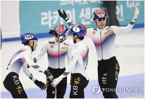 En la imagen, tomada el 19 de noviembre de 2017, en Seúl, se muestra a los patinadores surcoreanos de velocidad sobre pista corta celebrando su medalla de oro en la carrera de 5.000 metros de la Copa Mundial de la Unión Internacional de Patinaje sobre Hielo (ISU).