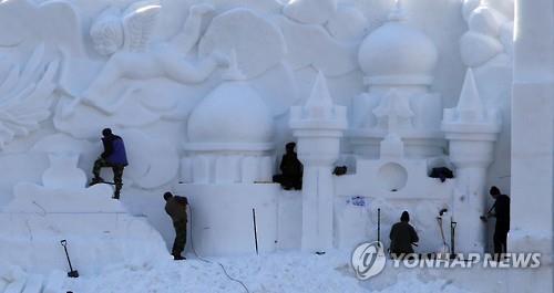 Los visitantes del 15º Festival de la Trucha de Montaña de Hwacheon también pueden ver esculturas de nieve y un castillo de hielo de 100 metros de largo. (Foto de archivo)