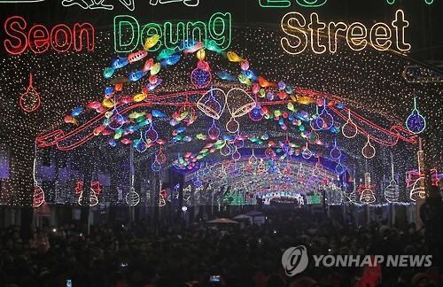 """Durante el 15º Festival de la Trucha de Montaña de Hwacheon, una calle de 5 kilómetros en el corazón del pueblo estará adornada por la noche con 27.000 lámparas con forma de la trucha """"sancheoneo"""". (Foto de archivo)"""