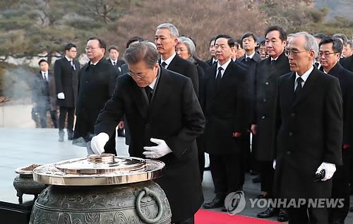 El 2 de enero de 2018, el presidente, Moon Jae-in, quema incienso para presentar sus respetos a los mártires patrióticos en el Cementerio Nacional en Seúl.
