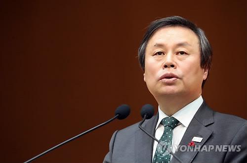 El ministro surcoreano de Cultura, Deportes y Turismo, Do Jong-hwan, emite un mensaje de Año Nuevo a su personal, el 2 de enero de 2018, en la sede del ministerio, en Sejong.